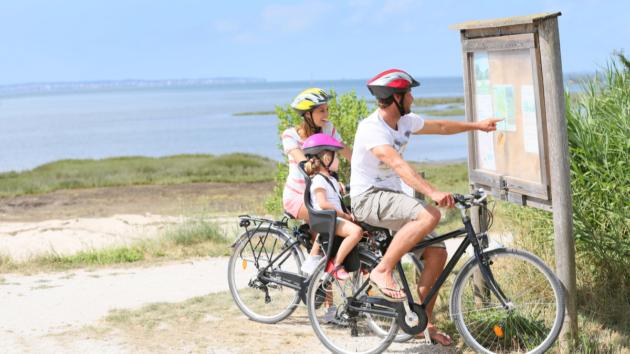 famille qui fait du vélo sur le Bassin d'Arcachon